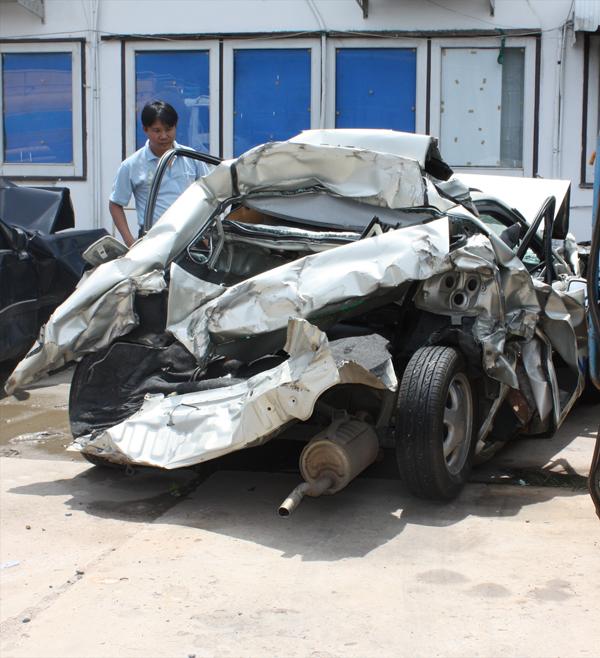 รูปนี้เป็นรูปซากรถของผม หลังจากเกิดเหตุแล้ว  สภาพรถพังยับเยิน ซ่อมไม่ได้ครับ ถ้ามีคนนั่งข้างหลังมากับผมด้วยในวันนั้น คงไม่รอดครับ